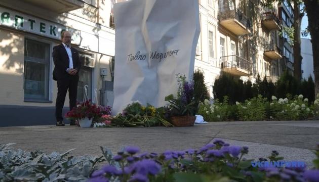 著名記者シェレメート氏殺害から4年 現場に追悼碑設置