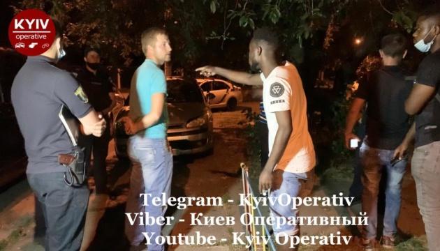 У столиці п'яні чоловіки напали на студентів-іноземців та пошкодили поліцейське авто