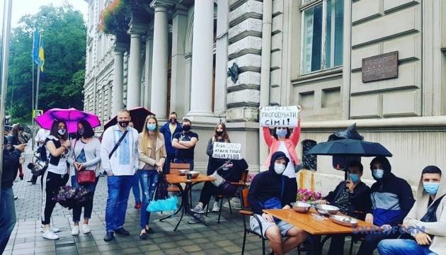У Львові власники барів та караоке-клубів пікетували ОДА