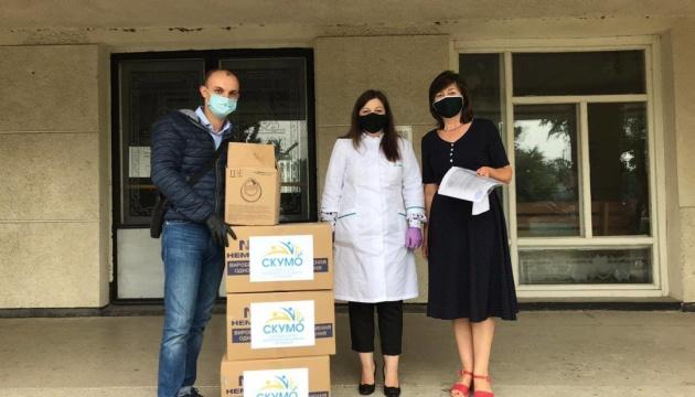 Молодь діаспори передала допомогу лікарні в Чернівецькій області