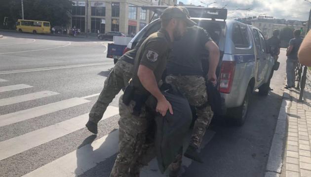 В Луцке вооруженный мужчина угрожает взорвать автобус с заложниками