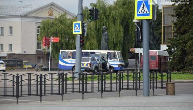 """СБУ уточнила кількість заручників у захопленому """"луцьким терористом"""" автобусі"""
