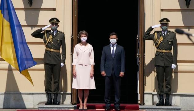 Simonetta Sommaruga et Volodymyr Zelensky se sont rendus dans le Donbass