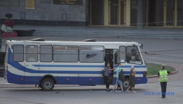 Захоплення автобуса: у Луцьку звільнили двох жінок і дитину