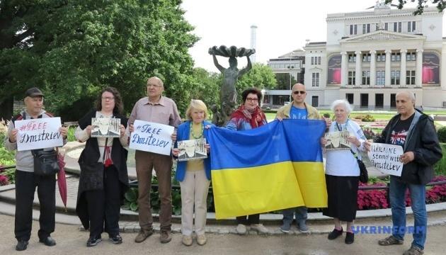 Громадські активісти Латвії провели флешмоб на підтримку російського історика Дмитрієва