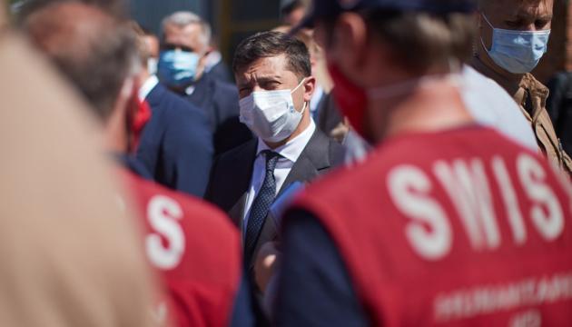 Zelensky: Suiza envía 17 camiones de ayuda humanitaria para el Donbás