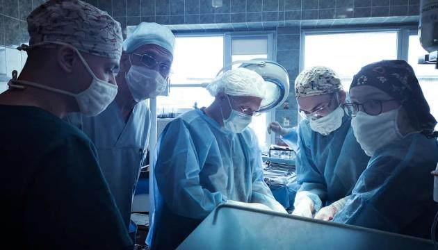 Львівські хірурги видалили жінці пухлину вагою понад 8 кілограмів