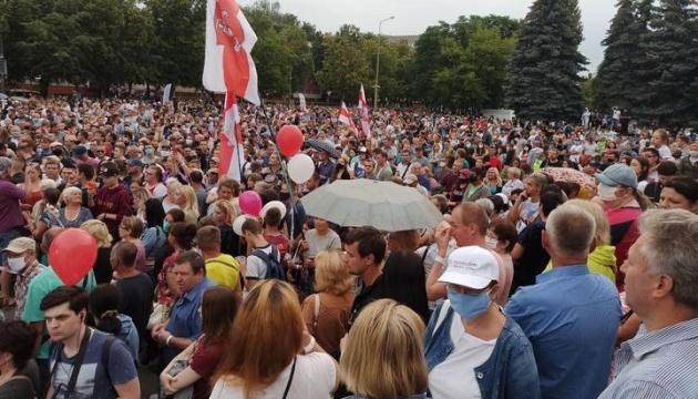 Вибори у Білорусі: суперниця Лукашенка зібрала тисячні мітинги