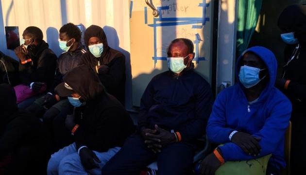 Десятки мігрантів втекли з карантинного центру на Сицилії