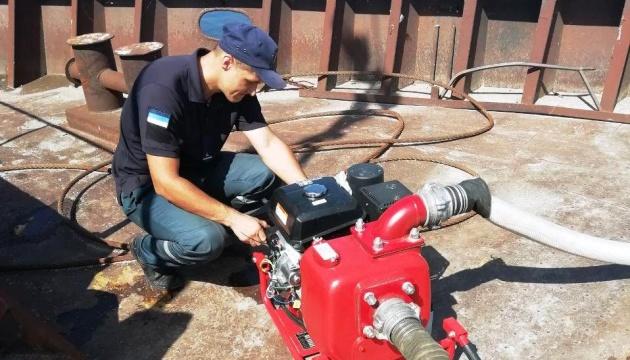 Рятувальники надають допомогу екіпажу баржі на Каховському водосховищі