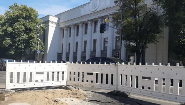 Прорвана труба утворила провал на Грушевського