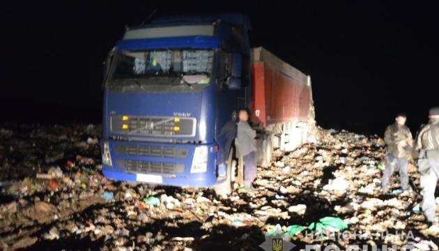 На Житомирщині затримали три вантажівки зі львівським сміттям
