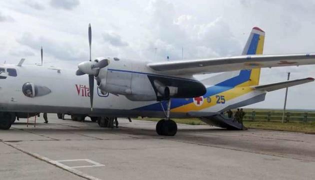 До Києва на лікування евакуювали літаком трьох військових