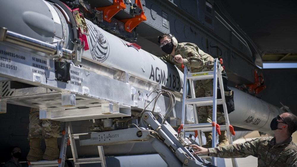 Два дослідних зразка перспективної американської гіперзвукової ракети Lockheed Martin AGM-183A ARRW на зовнішній підвісці стратегічного бомбардувальника ВВС США B-52H