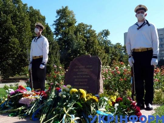 Покладанні квітів почесного караулу біля Пам'ятного каменя в Одесі / Фото: Ігор Ткаченко, Укрінформ