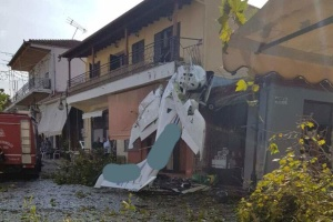 У Греції легкомоторний літак упав на житловий будинок