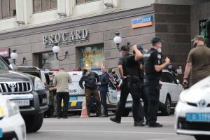 Группу журналистов пропустили в БЦ 'Леонардо'