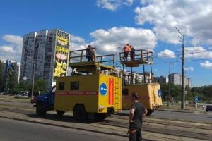 У Києві екскаватор в'їхав в електроопору, рух перекрили