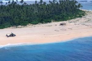 Моряків знайшли на безлюдному острові в Тихому океані завдяки напису SOS на піску