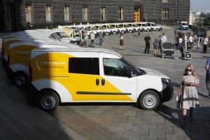 Шмигаль передав автівки для пересувних відділень Укрпошти