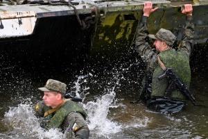 В России во время военных учений рухнул мост, пострадали около 20 человек
