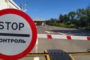 """У пункті пропуску """"Новотроїцьке"""" застрягли 14 осіб, які живуть у наметах ДСНС"""