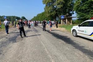 На Прикарпатті селяни перекрили дорогу - вимагають її ремонту