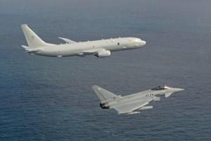 Британский противолодочный самолет впервые сопровождал корабль РФ