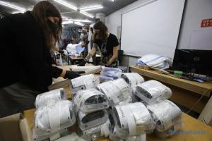 """Харківська майстерня """"Гараж хаб"""" передала лікарям перші 30 масок найвищого рівня захисту"""