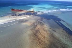 На острове Маврикий объявили ЧП из-за аварии танкера и утечка нефти