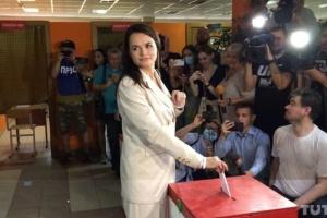 """""""Не було вибору"""": штаб Тихановської повідомляє, що влада вивезла її з країни"""
