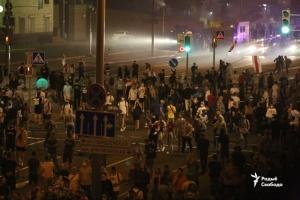 Протести у Білорусі: машини силовиків підпалюють і закидають камінням