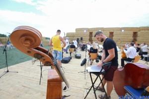 На Харківщині прямо в полі виступив оркестр філармонії