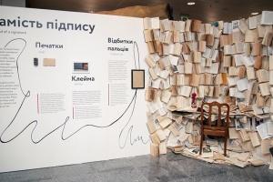 """В аеропорту """"Бориспіль"""" відкрили виставку """"Сила підпису"""""""