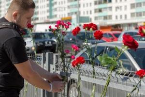 У Мінську люди несуть квіти до місця загибелі протестувальника