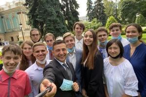 Зеленський зустрівся з випускниками, які найкраще здали ЗНО