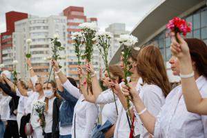 Weiß gekleidet und mit Blumen: Hunderte Frauen demonstrieren gegen Gewalt in Minsk