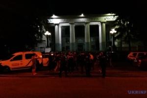 На скандальній забудові у Києві сталася сутичка між поліцією та місцевими мешканцями