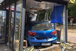В Киеве Mazda влетела в кофейню на остановке