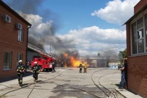 Пожежу на автоскладі у Дніпрі гасили кілька годин