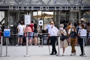 У Франції дозволили не носити маски на вулицях