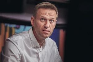 Навальный рассказал, что не может держать телефон, но уже ходит