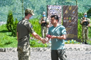 President presents awards to Ukrainian military in Donbas