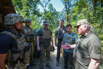 ゼレンシキー大統領、ドンバス地方の前線を視察