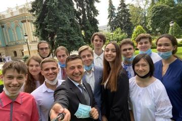 Zelensky se reúne con los mejores graduados de educación secundaria