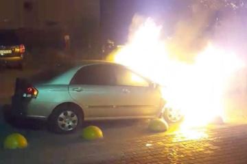 記者車両放火事件の容疑者2名拘束 他2名は指名手配