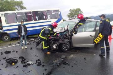 Kollision zwischen Bus und Pkw in Oblast Lwiw: Eine Person tot, zwei verletzt