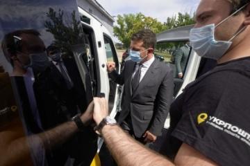 """Besuch in Region Cherson: Präsident Selenskyj arbeitet"""" als Postbote"""