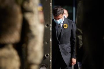 Zelensky honra la memoria de los defensores caídos de Ucrania