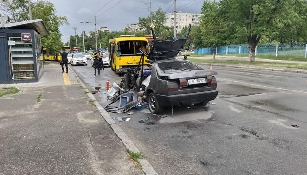 В Киеве на Лесном массиве в результате ДТП горело авто с людьми внутри